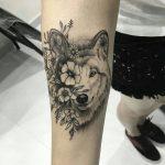 tatuagem feminina de lobo