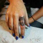tatuagem no dedo para mulher com lobo